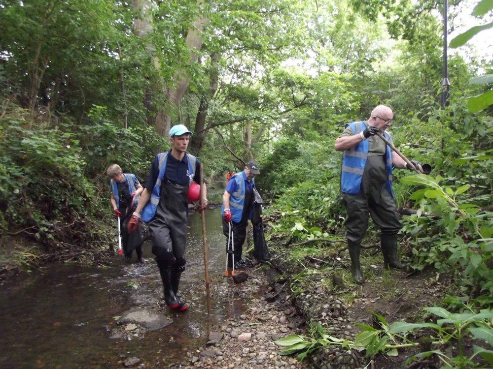 Thames21 volunteers litter-picking in Salmons Brook